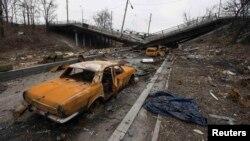 Знищені автомобілі та зруйнований міст неподалік Донецького аеропорту. Березень 2015 року. Ілюстраційне фото