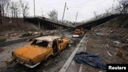 Пошкоджені машини біля зруйнованого мосту на Донбасі, 3 березня 2015 року