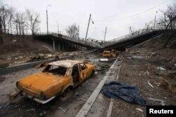 Спалені автомобілі поруч із зруйнованим мостом біля Донецького аеропорту. Березень 2015 року