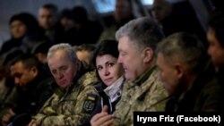 Міністр у справах ветеранів Ірина Фріз (у центрі); праворуч від неї президент Петро Порошенко, ліворуч – начальник Генштабу ЗСУ Віктор Муженко
