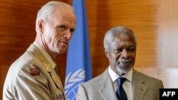 БМТ ва Араб давлатлари лигаси элчиси Кофи Аннан (ў) БМТ кузатувчилар миссияси раҳбари генерал Роберт Муд (ч) билан.