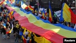 Ռումինիա, Բուխարեստ - Հոկտեմբերի 20-ի ակցիայի մասնակիցները՝ Ռումինիայի ազգային դրոշով, որի մակերեսը 1․2 հազար քառակուսի մետր է