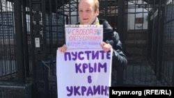 Гайворонский возле посольства России