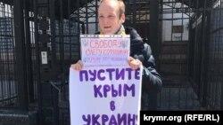 Гайворонський біля посольства Росії в Києві