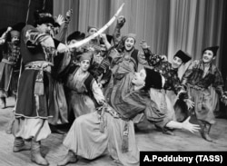Хореографічна композиція «Запорожці» у виконанні танцювальної групи хору імені Григорія Верьовки. Київ, 16 квітня 1969 рік