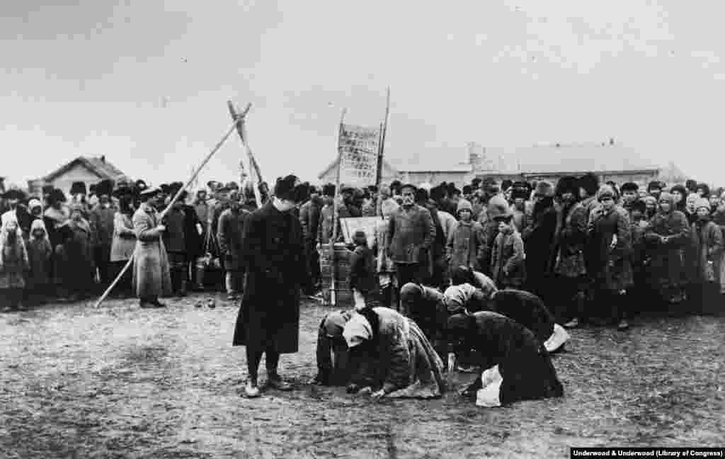 """""""Gladne ruske žene"""" kleče ispred zvaničnika američke organizacije za pomoć 1922. godine, u vreme kada su boljševici proglasili pobedu nakon pet godina teške borbe."""
