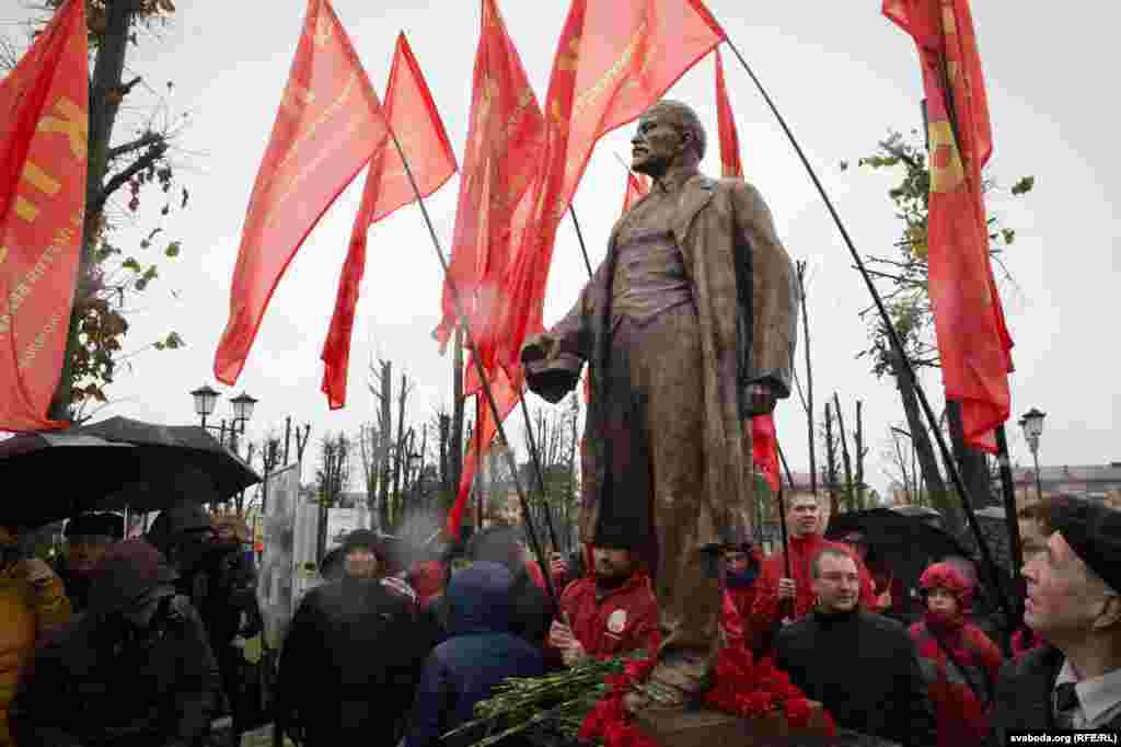 In the Belarusian capital, a Lenin monument was moved from inside the Minsk Tractor Works to a public location in time for the 99th anniversary of the Bolshevik Revolution of 1917.
