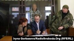 Анатолій Виногродський (позаду) у залі суду, Маріуполь, 27 листопада 2017 року
