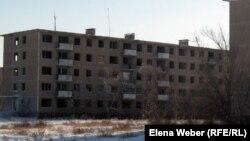Заброшенные пятиэтажные дома в поселке Актау Карагандинской области. 14 февраля 2012 года.