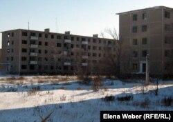Пустующие пятиэтажные дома, которые жители просят восстановить. Поселок Актау, Карагандинская область, 14 февраля 2012 года.