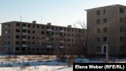 Пустующие пятиэтажные дома, которые жители просят восстановить. Карагандинская область, 14 февраля 2012 года.