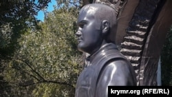Бюст Віктора Януковича-молодшого на Братському кладовищі, Севастополь