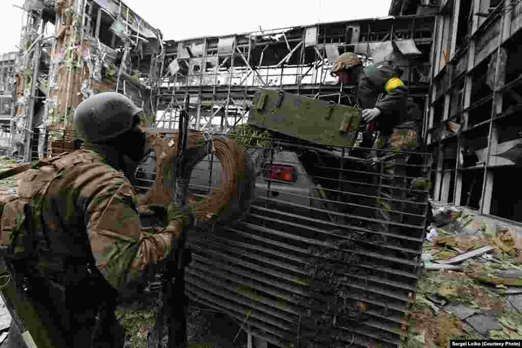 Закріплюють труну на броні. Сепаратисти продовжують обстріл
