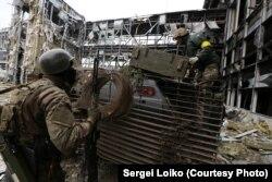 «Кіборги» під обстрілом забирають тіло танкіста (фото Сергія Лойка)