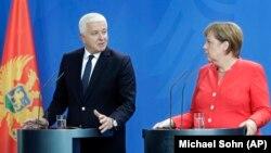 Kancelarja gjermane, Angela Merkel, dhe Kryeministri i Malit të Zi, Dushko Markoviq, gjatë konferencës së përbashkët në Berlin.