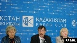 Правозащитники Нинель Фокина, Евгений Жовтис и Тамара Калеева. Алматы, 15 октября 2008 года.