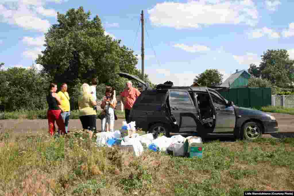 Волонтеры раздают гуманитарную помощь в Славянске. Июль 2015 года.