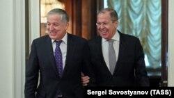 Тажикстандын жана Орусиянын тышкы иштер министрлери Сирожиддин Мухриддин жана Сергей Лавров.