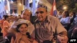 شادی مردم در آسونسیون پایتخت پاراگوئه پس از اعلام پیروزی فرناندو لوگو. (عکس: AFP)