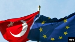 Եվրամիության եւ Թուրքիայի դրոշները