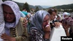 Fotografi nga varrimi masiv i viktimave të masakrës së Srebrenicës, Bosnje, 2011