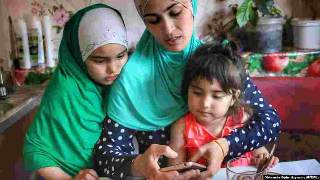 Жена фигуранта второго симферопольского дела «Хизб ут-Тахрир» Фархода Базарова Фатиме Яникова с дочерьми. Их отец находится в российском СИЗО