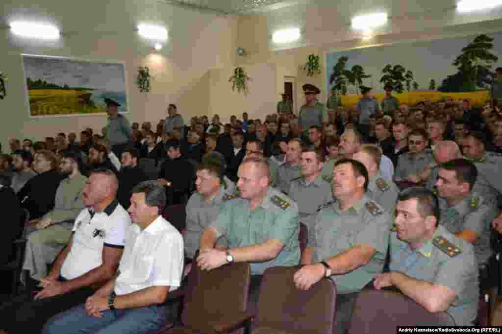 Засудженні та працівники пенітенціарної служби в актовому залі колонії.