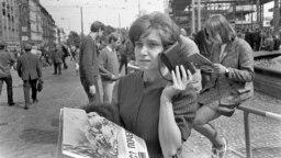 Прага, 21 августа 1968 года, женщина на Вацлавской площади слушает новости с помощью портативного радиоприемника