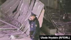 Azatlyk Radiosynyň Minskidäki habarçysy halas ediş işgärleriniň söwda merkeziniň daşyny böwetländiklerini habar berdi.