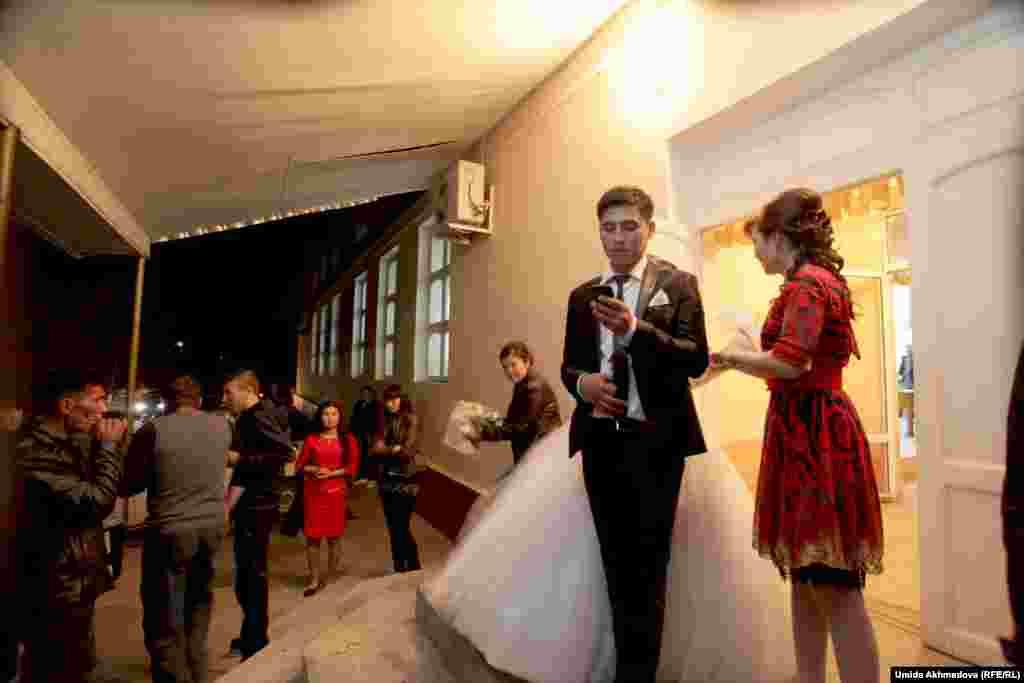 После «кыз узату» жених должен проводить невесту до ее дома. Семья Аякоз арендовала ресторан в Газалкенте, а живут они неподалеку, в живописном горном селе Карамазар.