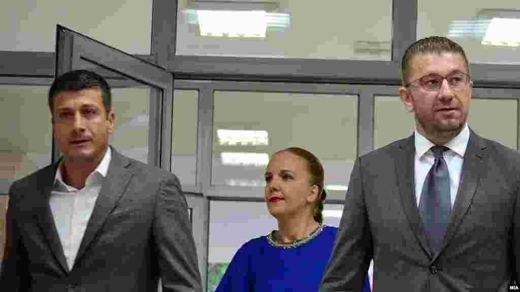 МАКЕДОНИЈА - Лидерот на ВМРО-ДПМНЕ, Христијан Мицкоски, изјави дека неговата парија ќе прифати закон за ЈО кој го подготвиле професори од Правен факултет и ги наброја и професорите кои според него треба да го подготват законот: Владо Камбовски, Гордана Сиљановска- Давкова, Гордан Калајџиев, Никола Тупанчевски,Татјана Каракамишева - Јовановска и Гордана Лажетиќ - Бужаровска.