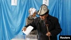 Дауыс беріп жатқан адам. Қызылорда облысы, 20 наурыз 2016 жыл.