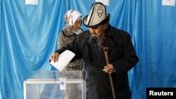 Дауыс беріп тұрған адам. Қызылорда облысы, 20 наурыз 2016 жыл.