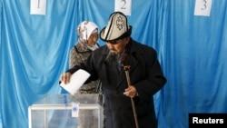 Люди на избирательном участке в селе Торетам Кырызлординской области в день выборов в парламент и маслихаты. 20 марта 2016 года.