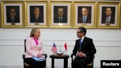 Sekretarja amerikane e Shtetit Hillari Klinton dhe ministri i Jashtëm indonezian, Marti Natalegava, Xhakartë, 03 shtator, 2012