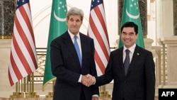 Türkmenistanyň prezidenti Gurbanguly Berdimuhamedow (sagda) we ABŞ-nyň döwlet sekretary Jon Kerry.