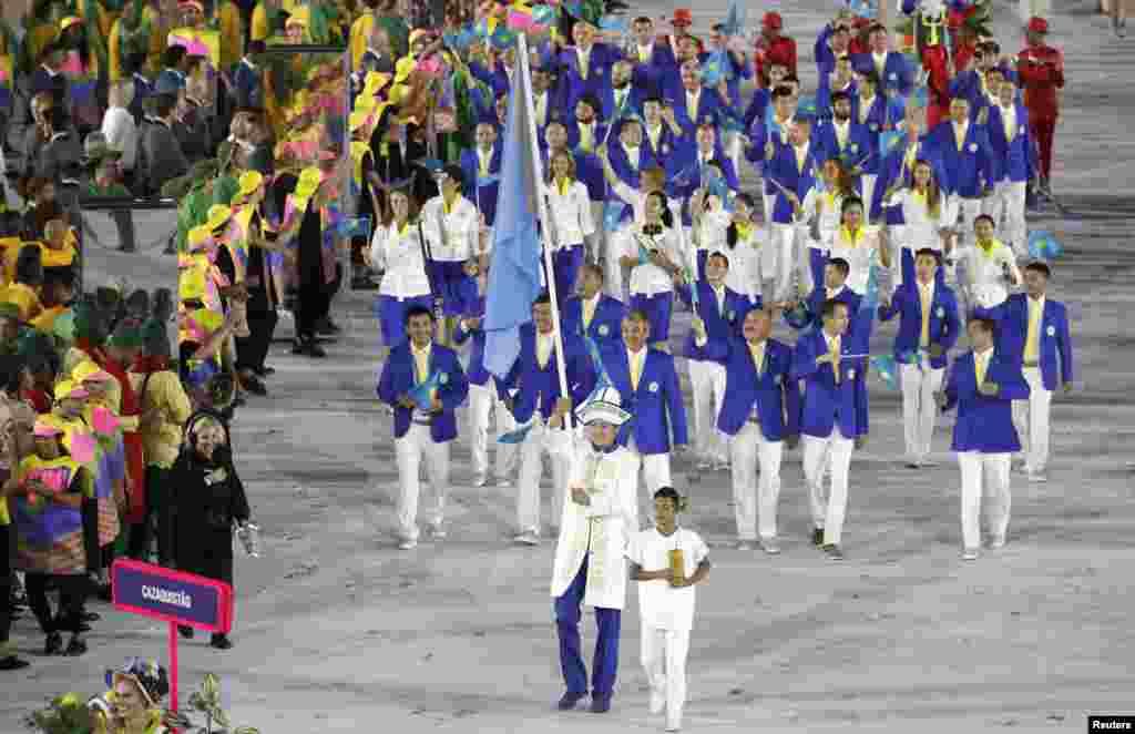 Олимпиаданың ашылу салтанаты кезіндегі ұлттық құрамалар шеруіне қатысқан Қазақстан командасы. Қазақстан туын таэквондошы Руслан Жапаров ұстап келе жатыр. Рио-де-Жанейро. 5 тамыз 2016 жыл.