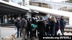 Зьмітра Паліенку сустракаюць на менскім вакзале пасьля вызваленьня з турмы. 24 кастрычніка 2018 году