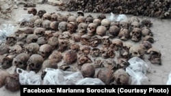 Останки жертв НКВД, расстрелянных в Луцке (Украина) в 1941 году