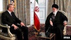 Премьер-министр Турции Реджеп Эрдоган (слева) и верховный лидер Ирана аятолла Хаменеи на недавних переговорах в Мешхеде (Иран)
