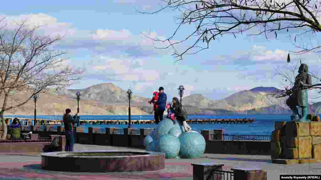 Сім'я фотографується на «Хмаринці щастя»: шести керамічних кулях, встановлених перед пам'ятником поетові Максиміліану Волошину