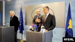 Piter Feith dhe Hashim Thaçi gjatë konferencës me gazetarë në Prishtinë.