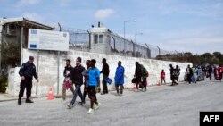 Грекияның Лесбос аралындағы босқындар лагері жанында жүрген мигранттар (Көрнекі сурет).