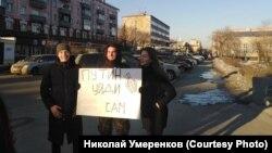 Прохожие фотографируются с участником пикета в Барнауле