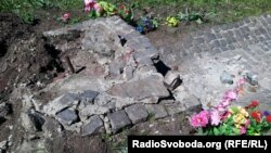 Невідомі зруйнували пам'ятний знак воїнам ОУН-УПА, Харків, 26 квітня 2013 року