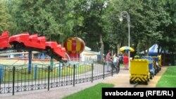 Дзіцячыя атракцыёны ў гомельскім парку побач з шпіталем хуткай дапамогі