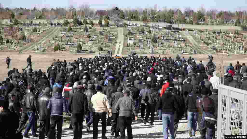 Aqmescitniñ«Abdal»mezarlığında 38 yaşında qırımtatar Reşat Ametovnıñ cenazesi qılındı, 2014 senesi mart 18 künü