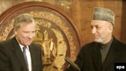 NATO Secretary-General Jaap de Hoop Scheffer (L) with Afghan President Hamid Karzai