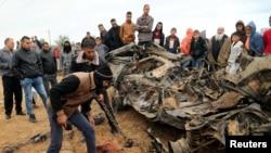 Газа секторунда Израилдин аба соккусунан талкаланган автоунаа. 12-ноябрь, 2018-жыл.