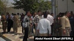 جنود بلباس مدني يتجمعون أمام مقر البيشمركه في أربيل